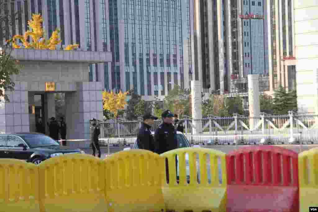 山东高级法院大楼附近的警察