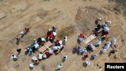 بھارت میں کرونا سے ہونے والی اموات کے باعث قبرستانوں اور شمشان گھاٹ میں جگہ کم پڑ گئی ہے۔