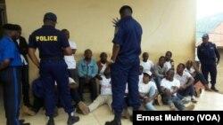 Des manifestants au commissariat de police à Bukavu, dans le Sud-Kivu, RDC, 23 février 2016