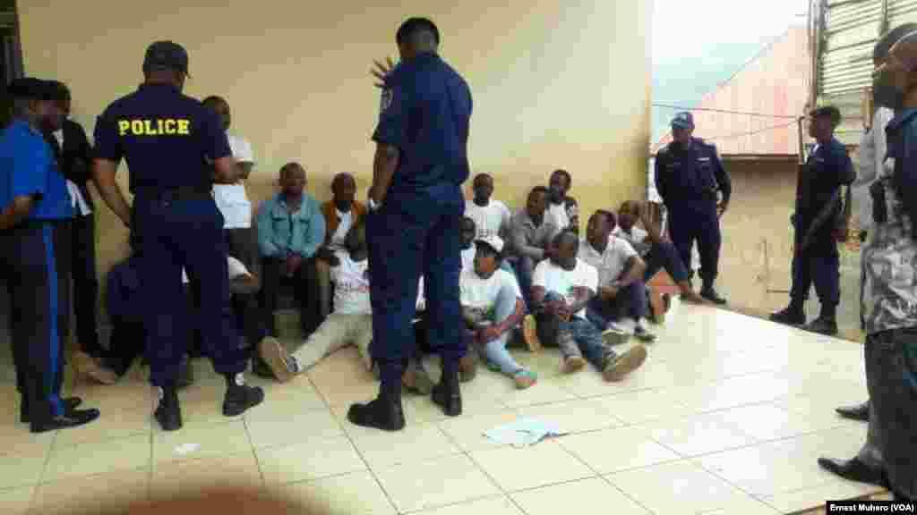 Les manifestants conduits au bureau de la police sont assis à même le sol, à Bukavu, dans le Sud-Kivu, RDC, 23 février 2016. VOA/Ernest Muhero