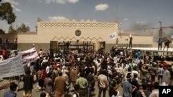 Người Yemen biểu tình trước Đại sứ quán Mỹ về bộ phim nhạo báng tiên tri Muhammad của Hồi giáo, tại Sanaa, Yemen, 13/9/2012