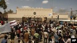 Warga Yaman melakukan aksi protes di depan Kedutaan Besar AS di ibukota Sanaa (13/9). Al-Qaida cabang Yaman menyerukan agar warga di Timur Tengah meningkatkan kekerasan atas Kedutaan AS.