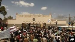 Warga Yaman menggelar aksi unjuk rasa di depan Kedutaan Besar AS di Sana'a, Yaman, 13 September 2012. (Foto: dok)