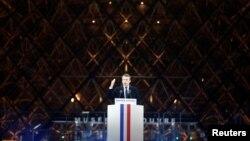 프랑스 대통령 선거에서 승리한 에마뉘엘 마크롱 당선자가 7일 파리 루브르 박물관 주변에서 열린 축하 집회에서 당선 소감을 밝히고 있다.