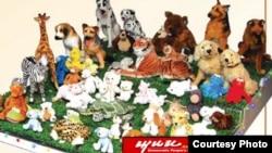 북한 경흥 장난감 공장에서 생산한 인형들. 미국 유명 어린이프로그램 '세서미 스트리트' 주인공을 그대로 본딴 캐릭터 인형들도 보인다.