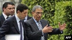 Tổng Thư ký Liên đoàn Ả Rập Amr Moussa (phải) kêu gọi chấm dứt bạo lực ở Libya và nói ông thấy yêu sách của người biểu tình là chính đáng