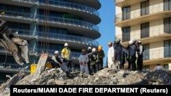 Spasioci pretražuju ruševinu zgrade (Foto: Reuters/MIAMI DADE FIRE DEPARTMENT)