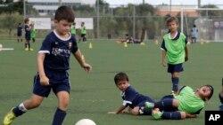 Các chuyên gia nói rằng nếu một đội bóng có thể thu hút được những đứa trẻ khi chúng còn bé, chúng sẽ trung thành cả đời với đội bóng đó.