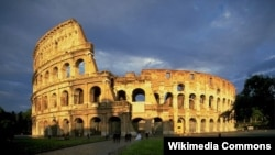 Đấu trường La Mã vào buổi tối.