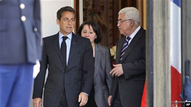 French President Nicolas Sarkozy (l) and Palestinian President Mahmoud Abbas (r) after their meeting at the Elysee Palace in Paris, Apr 21 2011