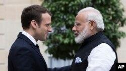 Le Premier ministre indien Narendra Modi, à droite, salue le président français Emmanuel Macron lors d'une rencontre au Palais de l'Elisée à Paris, France, 3 juin 2017.