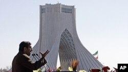 ປະທານາທິບໍດີ Mahmoud Ahmadinejad ແຫ່ງອີຣ່ານ ສະແດງທ່າທາງກ່ຽວກັບຄວາມຄືບໜ້າ ໃນດ້ານນີວ ເຄລຍຂອງຕົນ. ວັນທີ 16 ກຸມພາ 2012.