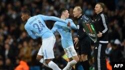 Le défenseur de Manchester City Tosin Adarabioyo, à gauche, remplace le milieu de terrain Phil Foden lors du match retour de la Ligue des champions contre Bâle au Stade Etihad de Manchester, Angleterre, 7 mars 2018.
