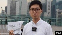 香港民族黨的召集人陳浩天撕毀選管會通知 (美國之音湯惠芸拍攝)