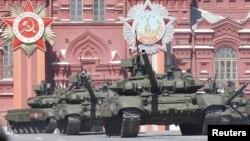 지난해 5월 모스크바 붉은 광장에서 열린 전승기념일 군사행진 리허설에 러시아의 T-90탱크가 등장했다. (자료사진)