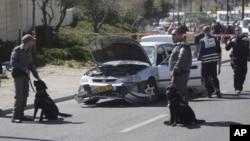 Polisi Israel berada di dekat mobil yang rusak setelah serangan yang gagal di Yerusalem (foto: dok). Polisi Israel hari Senin (5/9) menembak tewas seorang sopir mobil di Yerusalem timur.