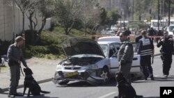 Polisi Israel mengamankan lokasi serangan di kota Yerusalem (foto: dok). Seseorang melemparkan bom api ke arah sebuah mobil di Yerusalem, Senin 3/8.