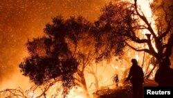消防员在美国南加州的卡平特里亚灭火(2017年12月10日)
