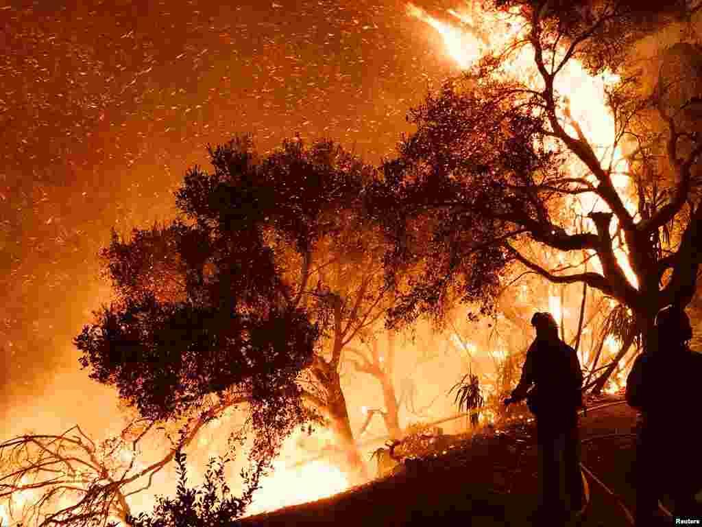 آتشسوزی کالیفرنیا ادامه دارد و بیش از ۲۵۰ هزارنفر خانه های خود را ترک کرده اند.