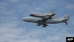 Šatl diskaveri leteo je pričvršćen za specijalno prepravljeni džambo-džet tipa Boing 747
