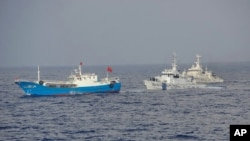 Tàu tuần tra của Lực lượng Tuần duyên Nhật Bản (phải) áp sát một tàu đánh cá Trung Quốc cách quần đảo đang tranh chấp 200 km về hướng tây nam, thứ Bảy ngày 2 tháng 2, 2013. (AP Photo/Japan Coast Guard 11th Regional Headquarters)
