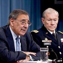 AQSh Mudofaa vaziri Leon Panetta va general Martin Dempsi, Birlashgan shtablar boshlig'i, Pentagon, 26-yanvar, 2012.
