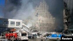 Terror hücumu nəticəsində dağıdılmış Dünya Ticarət Mərkəzinin qarşısında yanğınsöndürən maşınlar dayanıb. 11 sentyabr, 2001.