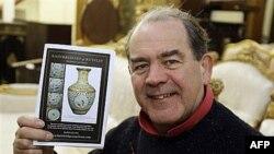 Piter Bejndridž u svojoj aukcijskoj kući sa fotografijom kineske vaze koja je prodata za 43 miliona funti, odnosno 69 miliona dolara, 12. novembar 2010.