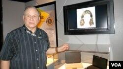 Кит Мелтон на выставке у стенда «Истории с привидениями»