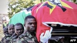 Militares moçambicanos com a urna com os restos mortais de Afonso Dhlakama, Beira, 9 de Maio, 2010