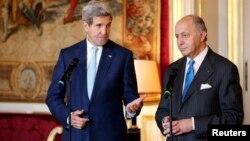 Menlu Perancis Laurent Fabius (kanan) memberikan pernyataan kepada media bersama Menlu AS John Kerry di Paris (20/11).