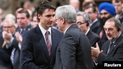 Justin Trudeau (kiri) berjabat tangan dengan mantan PM Kanada Stephen Harper di Ottawa (foto: dok).