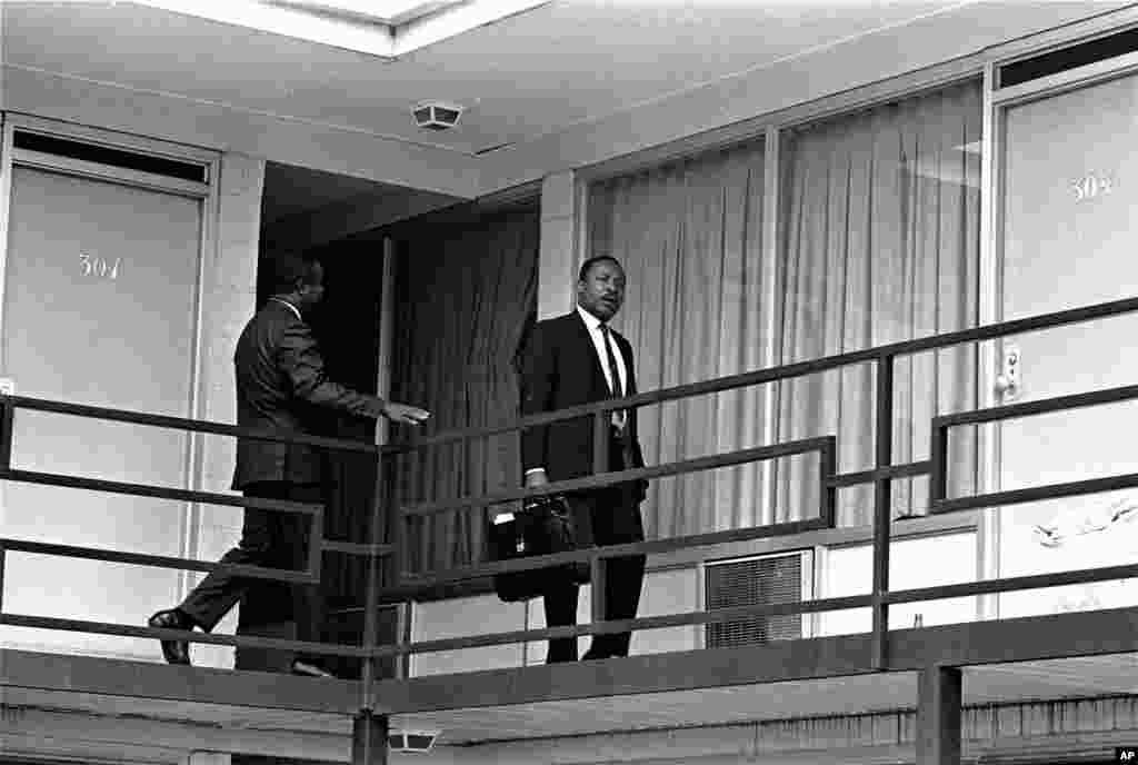 Le révérend Martin Luther King est photographié en train de marche sur la coursive duLorraine Motel à Memphis, Tennessee, à peu près à l'endroit où il a été abattu par un assassin caché. Cette photo a été prise le 3 avril 1968, la veille de la fusillade