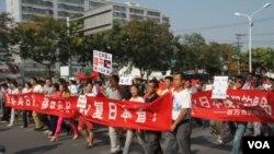 2012年9月18日, 中国民众在日本驻北京大使馆前游行抗议 (美国之音记者东方拍摄)