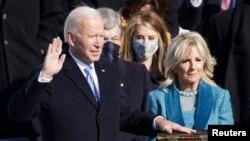 Joe Biden saat diambil sumpah jabatannya sebagai Presiden ke-46 AS, di Gedung Capitol, Washington, D.C., 20 Januari 2021. (REUTERS/Kevin Lamarque).
