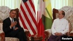 Presiden Amerika Barack Obama (kiri) dan Presiden Burma Thein Sein dalam pertemuan di Rangun (19/11). Presiden Obama membuka lembaran sejarah sebagai Presiden Amerika pertama yang mengunjungi Burma.