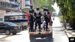 La police arrête un homme à Stone Town, Zanzibar, 26 octobre 2015.