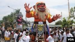 Pawai ogoh-ogoh umat Hindu di Surabaya, Jawa Timur, menjelang hari raya Nyepi. (VOA/Petrus Riski)