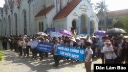 Hàng trăm giáo dân giáo xứ Phú Yên - Giáo hạt Thuận Nghĩa - Giáo phận Vinh tham gia tuần hành, tọa kháng yêu cầu nhà cầm quyền minh bạch thông tin cá chết hàng loạt ở miền Trung, ngày 12/6/2016.