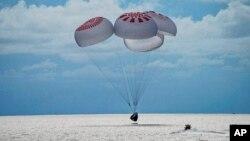 Wahana antariksa yang membawa empat orang turis mendarat di tengah Samudra Atlantik, di lepas pantai Florida, Sabtu, 18 September 2021.