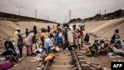 Un marché improvisé sur les rails, commune de Viana, Luanda, Angola, le 22 août 2017.