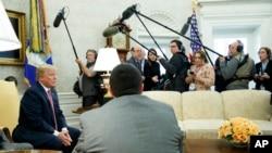 川普2018年2月9日在白宫见记者(美联社)