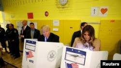 ڈونلڈ ٹرمپ اور ان کی اہلیہ نیویارک میں اپنا ووٹ ڈالتے ہوئے۔ 8 نومبر 2016