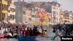 Venecianos reman durante el desfile de disfraces en el Canal de Cannaregio durante el Carnaval en Venecia, Italia. Feb. 17 de 2019.