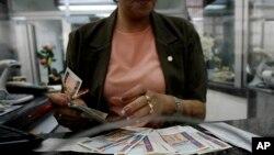 Una empleada de banco en La Habana cuenta pesos convertibles (CUC).