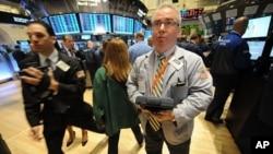 纽约证交所的交易员紧张地望着大盘