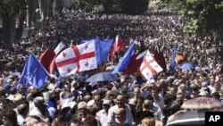 Сторонники вхождения Грузии в НАТО проводят демонстрацию на улицах грузинской столицы (архивное фото)