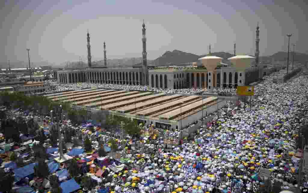 حجاج کرام نے جمعرات کو ظہر کی نماز مسجدِ نمرہ میں ادا کی