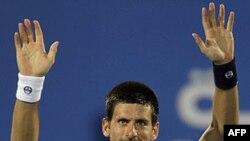 Novak Đoković posle pobede nad Davidom Fererom u finalu egzibicionog turnira u Abu Dabiju