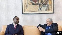 Tổng giám đốc IMF Dominique Strauss-Kahn (phải) thảo luận với Thống đốc Ngân hàng Trung ương Tây Phi Henri Dacoury-Tabley tại thủ đô Adidjan